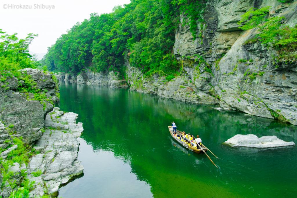 長瀞渓谷 岩畳の新緑④ 初夏のライン下りを楽しむ(撮影地:埼玉県長瀞町)