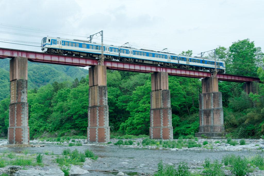 長瀞渓谷 親鼻鉄橋を渡る秩父鉄道線(急行秩父路号)と新緑
