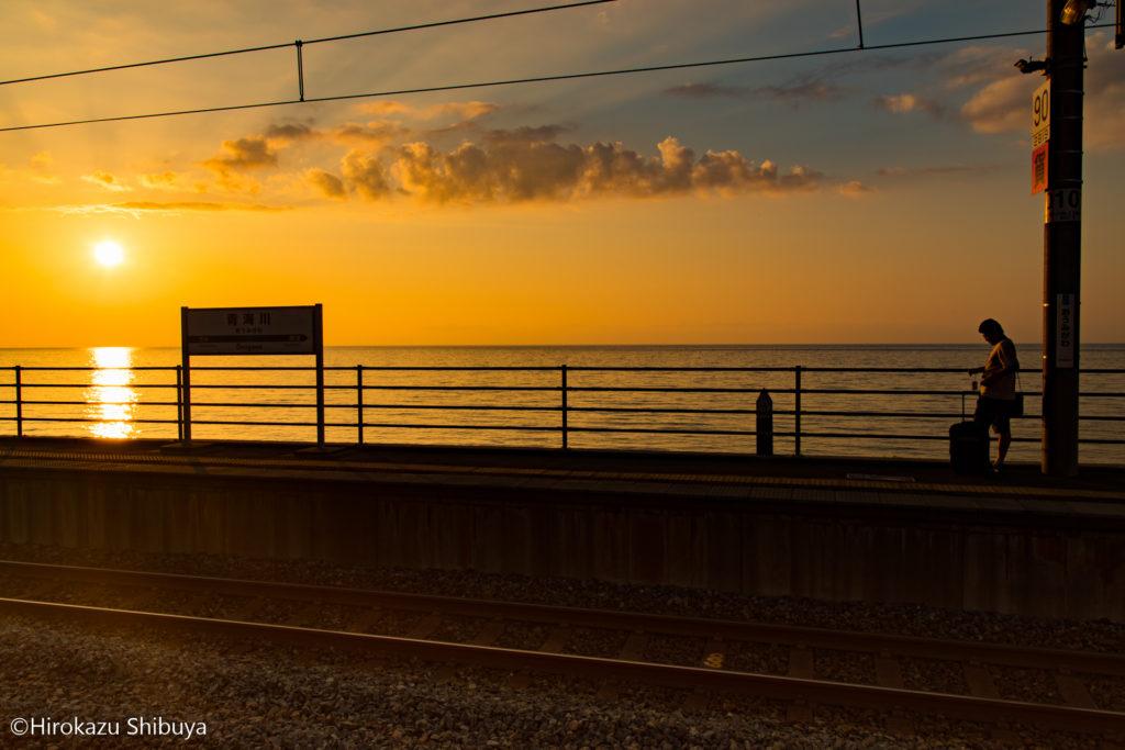 夕暮れ時の青海川駅と旅人①