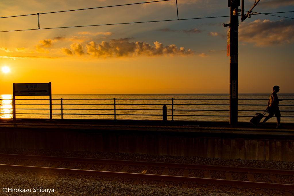 夕暮れ時の青海川駅と旅人②
