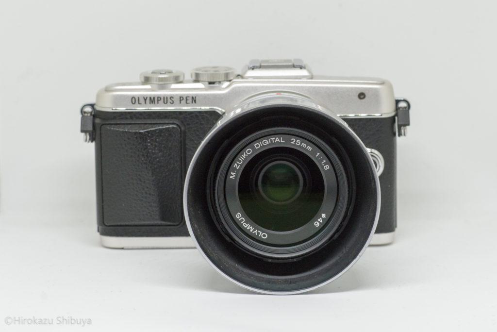 OLYMPUS PEN Lite E-PL7にM.ZUIKO DIGITAL 25mm F1.8を装着した状態(前面)