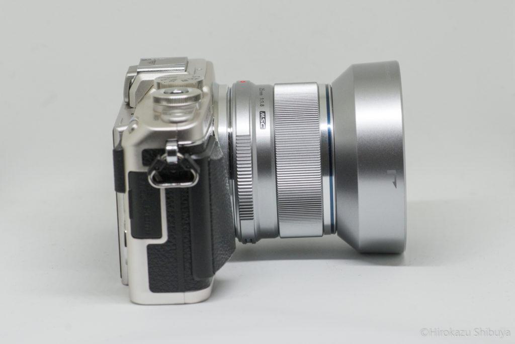 OLYMPUS PEN Lite E-PL7にM.ZUIKO DIGITAL 25mm F1.8を装着した状態(側面)